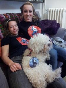 ¿Más tías con perro en un sofa?