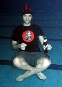 ¿ Deiviz bebiendose una cerveza bajo el agua?